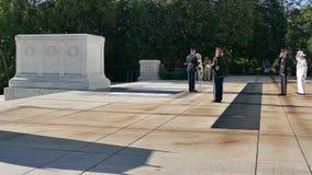 Ändern des Schutzes am Grabmal des unbekannten Soldaten stock footage