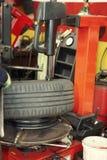 Ändern eines Gummireifens in einer Garage Stockfoto