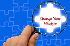 Ändern Sie Ihr Denkrichtungswort Vergrößerungsglas und Puzzlespiele Lizenzfreie Stockfotos