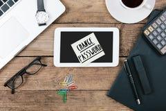 Ändern Sie Passworttext auf Anmerkung über Schreibtisch Lizenzfreie Stockbilder