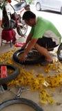 Ändern Sie Reifen mtx durch Selbst Stockfotos