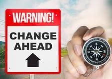 Ändern Sie voran Zeichen mit Kompass stockbilder
