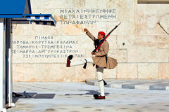 Ändernde Abdeckungen nähern sich dem Parlament in Athen Stockfotografie