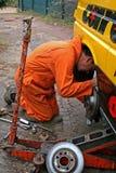 Ändernde Bremsscheibe des Mechanikers Lizenzfreies Stockfoto
