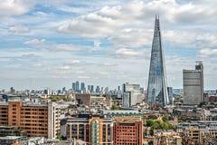 Ändernde Stadt alter und neuer Architektur Londons - mit Mangoldgemüse Stockbild