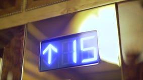 Ändernde Stellen auf einem Aufzug sortieren steigen aus stock video footage