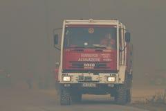 Ändernde Stellung des Löschfahrzeugs auf verheerendem Feuer Stockfotos