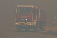 Ändernde Stellung des Löschfahrzeugs auf verheerendem Feuer Stockfoto