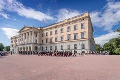 Änderung des Schutzes bei Royal Palace Oslo Norwegen lizenzfreie stockfotos