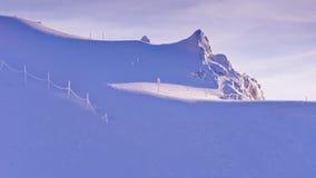 Ändlös bländande whiteness på den soliga morgonen på överkanten av den Kaprun glaciären på österrikiska fjällängar arkivfoto