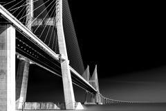 Ändlös bro som är svartvit Arkivfoto