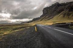 Ändlös huvudvägväg med berget royaltyfria foton