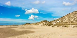 Ändlös strand- och dynsikt nära Camperduin i Nederländerna royaltyfria foton