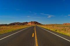 Ändlös tom väg någonstans i Utah royaltyfri foto