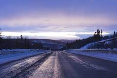 Ändlös väg i Alaska royaltyfri fotografi