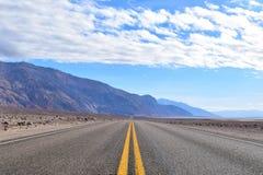Ändlös väg i Deathet Valley arkivfoto