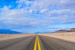 Ändlös väg i Deathet Valley fotografering för bildbyråer