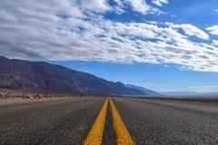 Ändlös väg i Deathet Valley arkivbilder