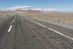 Ändlös väg i Stenbockens vändkretsen, Atacama öken, Chile Arkivbilder