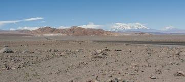 Ändlös väg i Stenbockens vändkretsen, Atacama öken, Chile Royaltyfri Foto