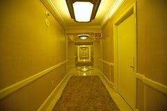 Ändlösa hotellrum i guling i Las Vegas, NV Arkivfoton