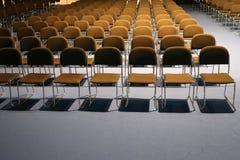 Ändlösa rader av stolar i en modern konferenskorridor Royaltyfria Bilder