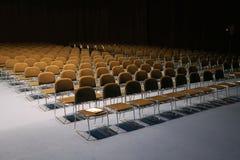 Ändlösa rader av stolar i en modern konferenskorridor Royaltyfria Foton