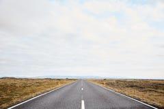 Ändlösa vägar i Island Vägen till horisonten i Island Typisk Island landskap royaltyfria bilder