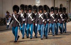 Ändra av vakten på Amalienborg Royal Palace royaltyfri foto