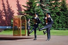 Ändra av vakten på gravvalvet av den okända soldaten i Aleksandrovsk till en trädgård moscow Arkivbild