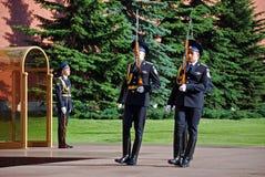 Ändra av vakten på gravvalvet av den okända soldaten i Aleksandrovsk till en trädgård moscow Royaltyfri Fotografi
