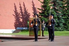 Ändra av vakten på gravvalvet av den okända soldaten i Aleksandrovsk till en trädgård moscow Royaltyfri Bild