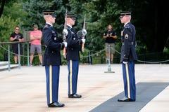 Ändra av vakten på gravvalvet av okändan på Arlington Ce Arkivfoton