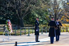 Ändra av vakten på gravvalvet av okända Solider royaltyfri fotografi