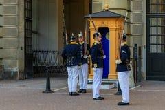 Ändra av vakterna utanför Royal Palace i Stockholm Swe Arkivfoton