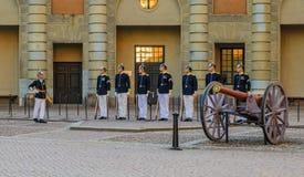 Ändra av vakterna utanför Royal Palace i Stockholm Swe Arkivbilder