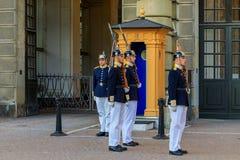 Ändra av vakterna utanför Royal Palace i Stockholm Swe Arkivfoto