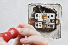 Ändra den defekta hem- elektriska strömbrytaren, demontering av den gamla devien royaltyfri bild