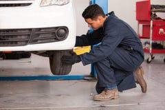 Ändra ett gummihjul på ett auto shoppa Arkivbild