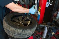 Ändra för bilgummihjul Arkivbilder