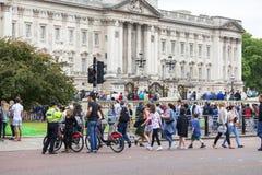 Ändra för ceremoniel för folk väntande på av de London vakterna, London, Förenade kungariket fotografering för bildbyråer