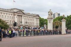 Ändra för ceremoniel för folk väntande på av de London vakterna, London, Förenade kungariket royaltyfri foto