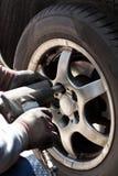 Ändra hjulen i bilreparationen shoppa arkivbilder