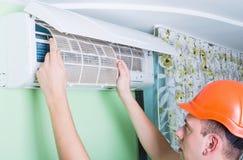 Ändra luftkonditioneringsapparatfiltret Fotografering för Bildbyråer