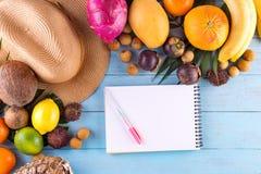 ändra sommaren för illustrationen för färgrik färgsammansättning den lätta till vektorn Tropiska palmblad, hatt, många frukter på royaltyfri foto