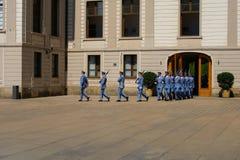 Ändra vakten Ceremony på den Prague slotten Fotografering för Bildbyråer