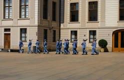 Ändra vakten Ceremony på den Prague slotten Arkivfoto
