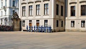 Ändra vakten Ceremony på den Prague slotten Royaltyfri Foto