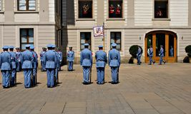 Ändra vakten Ceremony på den Prague slotten Royaltyfria Bilder