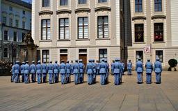 Ändra vakten Ceremony på den Prague slotten Arkivbild
